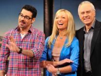 'Die Klugscheisser' Rick Kavanian, Monika Gruber und Bruno Jonas posieren und lachen