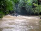 Auto überquert reißenden Fluss (Vorschaubild)