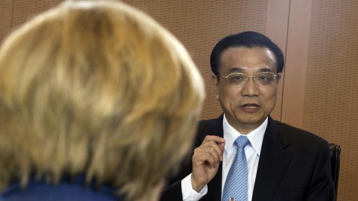 German Chancellor Merkel and Chinese Premier Li chat before bilateral talks in Berlin
