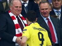Uli Hoeneß und Karl-Heinz Rummenigge würden Robert Lewandowski gerne das rote Bayern-Trikot überziehen
