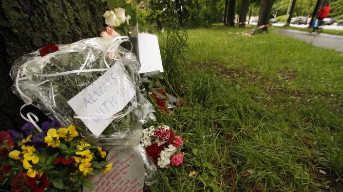 Blumen und Kerzen am Tatort erinnern an den 31-Jährigen, der am Dienstag durch einen Messerstich getötet wurde.