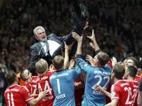 FC-Bayern-Coach Jupp Heynckes lässt sich nach dem Sieg im DFB-Pokal von seinen Spielern feiern.