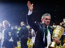 Jupp Heynckes verabschiedet sich von den Bayern-Fans - mit dem DFB-Pokal in der Hand.