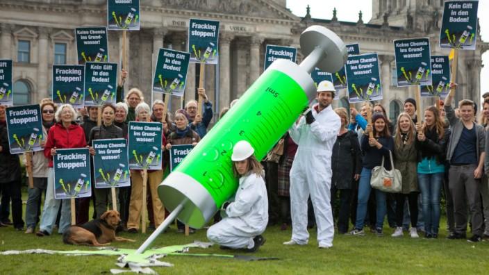 Demonstranten protestieren mit einer übergroßen Giftspritze vor dem Berliner Reichstag gegen Fracking.