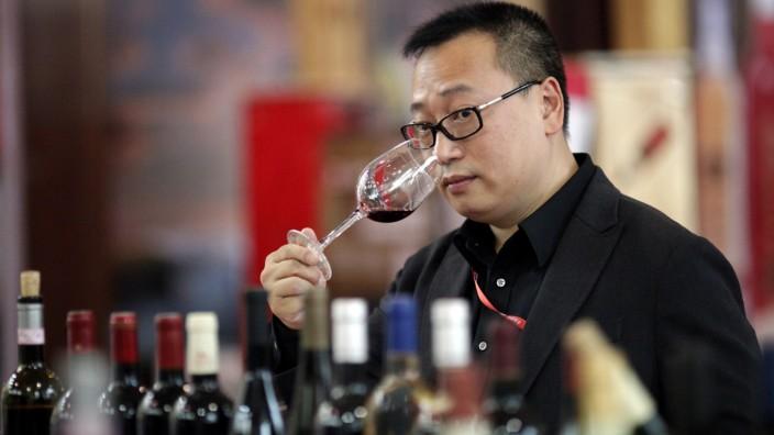 Bei einer Weinmesse in Shanghai degustiert ein chinesischer Besucher einen italienischen Rotwein.