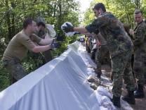 Bundeswehrsoldaten errichten einen Hilfsdamm gegen das Hochwasser der Mulde in Bitterfeld-Wolfen
