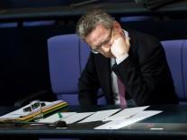 """Thomas de Maizière während der Aktuellen Stunde im Bundestag zum Thema """"Euro Hawk"""""""