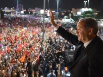 Ministerpräsident Erdoğan am Flughafen in Istanbul