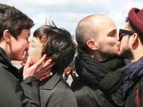 'Kiss-In' gegen Homophobie