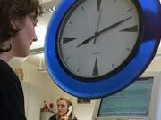 Überstunden Arbeitszeit Mehrarbeit, dpa