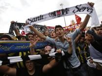Fans von Besiktas, Galatasaray und Fernerbahce protestieren auf dem Taksim-Platz gegen Erdogan.