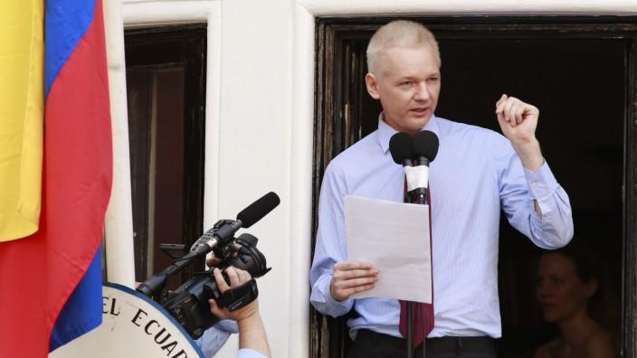 Assange spricht auf dem Balkon der Botschaft von Ecuador in London im August 2012