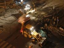 Bulldozers räumen den Taksim-Platz in Istanbul, nachdem die Polizei den Platz mit Wasserwerfern und Tränengas gestürmt hatte