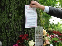Plakat der Mordkommission am Tatort an der Isar