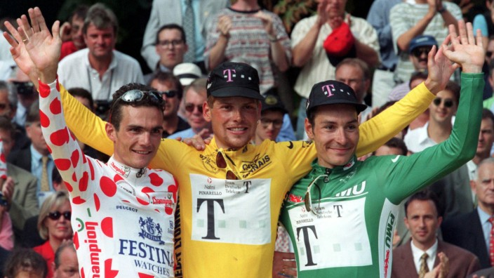 JAN ULLRICH WAVES ON THE PODIUM AFTER WINNING TOUR DE FRANCE