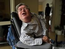 Froschatmungsdozent Ferdinand Schießl in seinem Rollstuhl.
