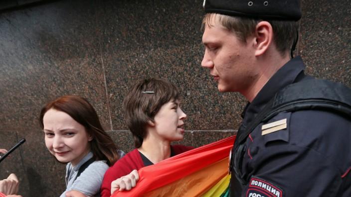 Aktivisten aus der homosexuellen Bewegung werden bei einer Kundgebung von der Polizei behindert.