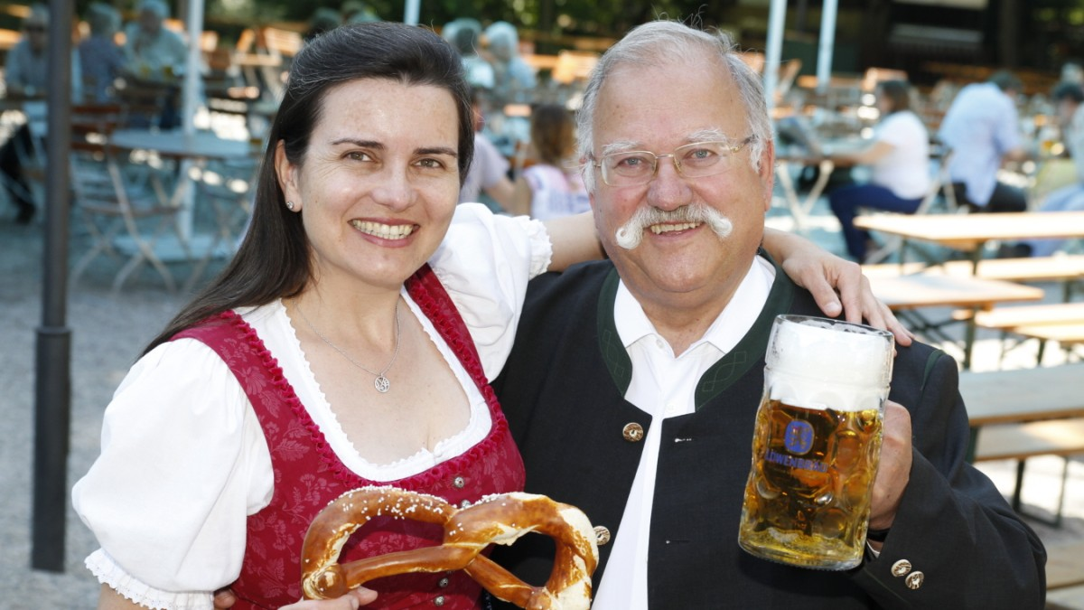 Oktoberfest: Stephanie Spendler bekommt Löwenbräuzelt