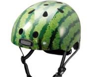 Ursprünglich war der Helm Nutcase Wassermelone für Waveboarder gedacht. Immer mehr Radfahrer und Skater nutzen ihn mittlerweile. Innen ist er gut gepolstert, um den Kopf auch bei härterem Aufprall zu