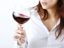 Frau trinkt Wein
