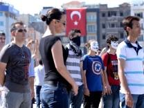 Auf dem Taksim-Platz in Istanbul stehen Hunderte aus Protest gegen die Regierung der Türkei von Recep Erdogan still