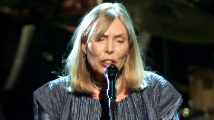 JONI MITCHELL SINGS AT TELEVISION TRIBUTE