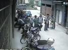 Mädchen fällt aus fünftem Stock  (Vorschaubild)
