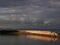 Sandsäcke sollen eine Insel des Staates Kiribati im Pazifik schützen