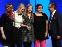 Die Initiatorinnen von #Aufschrei: Nicole von Horst, Anna-Katharina Meßmer, Anne Wizorek und Jasna Strick neben Laudator Jan Hofer.