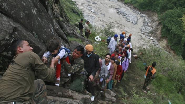 In Indien sterben hunderte Pilger nach heftigen Überschwemmung durch Regenfälle beim Monsun