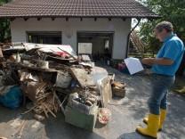 Reinhard Fink, Gutachter der Stadt Deggendorf steht neben einem Berg mit Sperrmüll, den das Hochwasser verursacht hat.