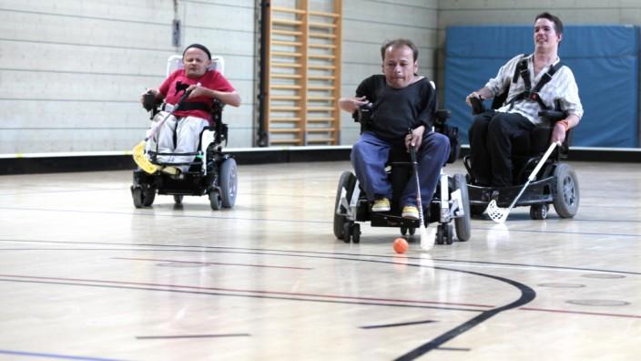 """Die Elektro-Rollstuhl-Hockey-Mannschaft """"Munich Animals"""" beim Training."""