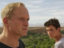 Vater Heinrich (Ulrich Tukur, links) und Sohn Ben (Samuel Schneider) in Exit Marrakech