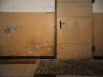Eine Marode Wand in der Marieluise-Fleißer Realschule.