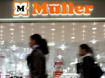 Drogeriemarkt-Inhaber Erwin Müller wirft der Schweizer Bank Safra Sarasin vor, ihn um 50 Millionen Euro betrogen zu haben