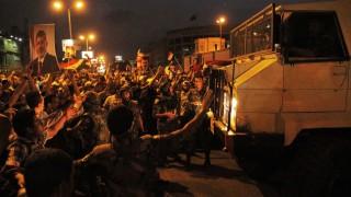 Soldaten halten Mursi-Anhänger in Schach