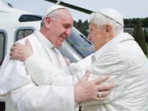 Papst Franziskus und Papst Benedikt