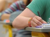 Schüler beim Schreiben in der Schule.