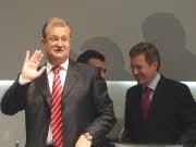 Machtkampf um deutsche Autobauer: Porsche-Chef Wendelin Wiedeking und Sachsens Ministerpräsident Christian Wulff rechts im Hintergrund. Foto: Getty