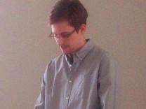 Edward Snowden während des Treffens mit Menschenrechtlern auf dem Moskauer Flughafen Scheremetjewo.