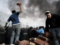 Israelische Siedler protestieren im Jahr 2006 gewaltsam gegen den staatlichen Abriss ihrer Häuser.