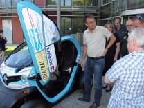 Bruck: Uebergabe eines werbefinanzierten Elektrofahrzeuges an Landrat Thomas Karmasin