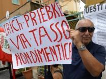 Demonstration gegen Erich Priebke
