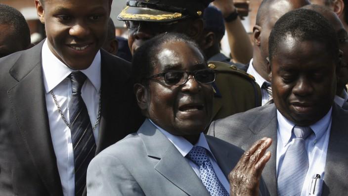 Robert Mugabe verlässt nach seiner Stimmagabe ein Wahllokal in Harare.