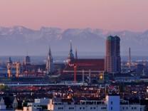 Frauenkirche vor Alpenpanorama in München