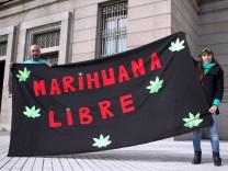 Zwei Bürger Uruguays demonstrieren vor dem Parlament für die Legalisierung von Marihuana.
