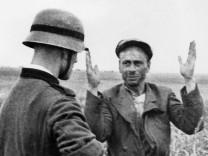 Gefangennahme eines angeblichen russischen Partisans, 1941 Wehrmacht  SZ Photo