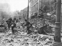 Deutsche Soldaten bei Kämpfen während des Warschauer Aufstands, 1944 | German soldiers fighting during the Warsaw Uprising, 1944