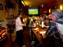 Fußballfans in einer Kneipe München