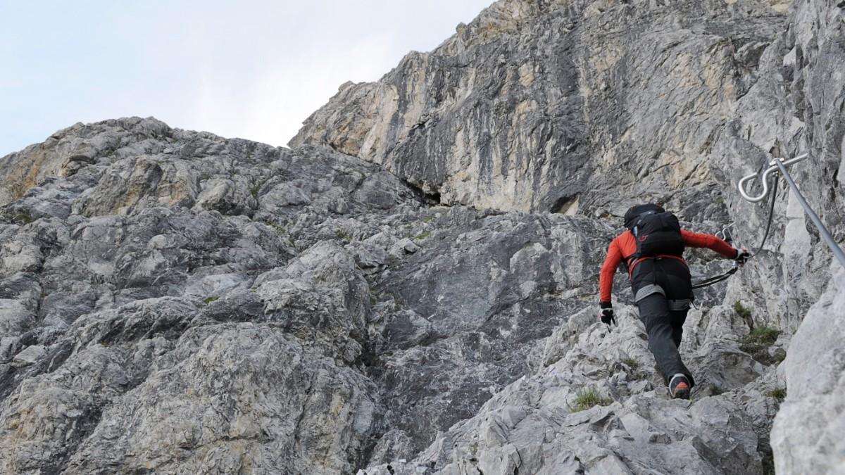 Klettersteig Schweiz : An klettersteig in saas fee vs touristin rast am seil den